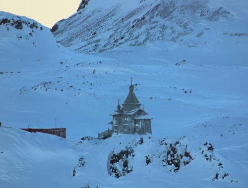 Templom az Antarktiszon című cikk borítóképe