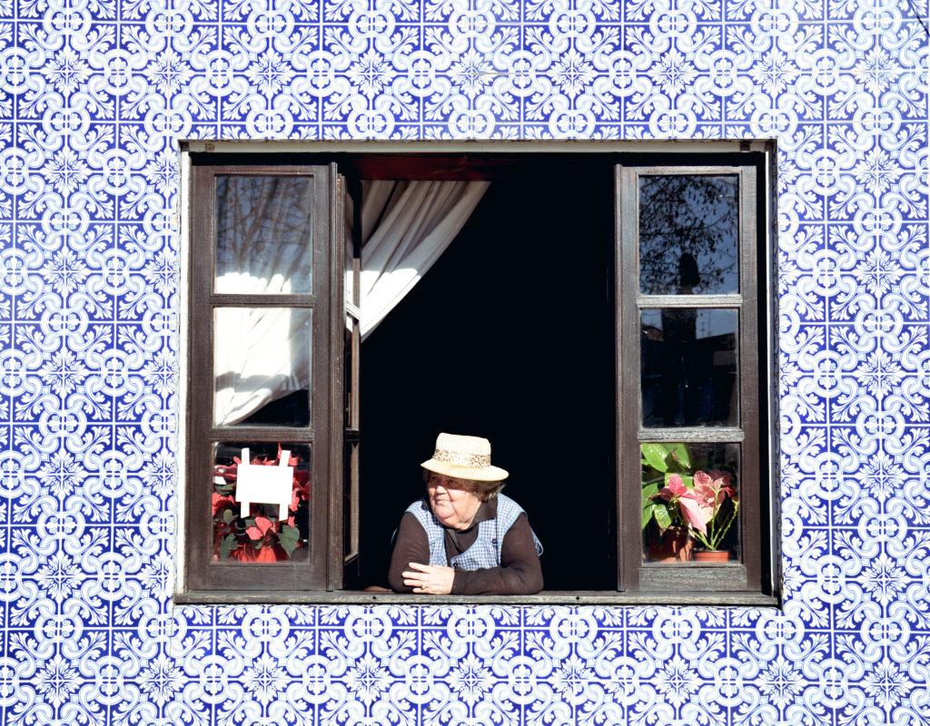 003 07 nagyi ablakban AFB