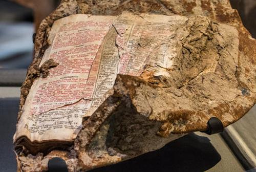 Isten üzenete? Döbbenetes bibliai idézetet talált egy tűzoltó a terrortámadás helyszínén című cikk borítóképe
