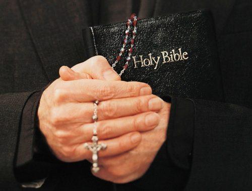 A tökéletes pap című cikk borítóképe