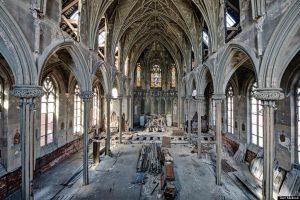 A fiatalok vagy a papok fogynak el előbb a templomokból?