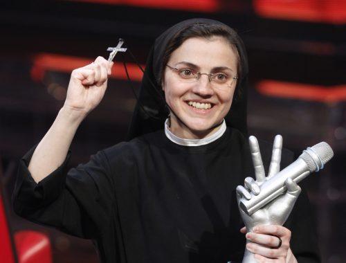 Az apáca, akiért egész Olaszország rajong című cikk borítóképe