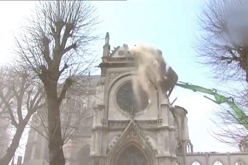 Szívszorító - így rombolják buldózerrel a templomaikat a franciák