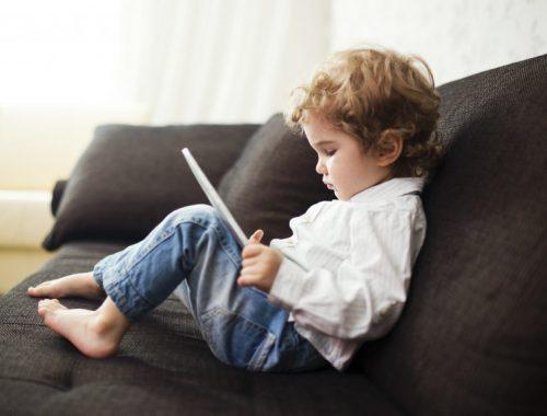 Digitális árvák – a szülők legnagyobb kihívása című cikk borítóképe