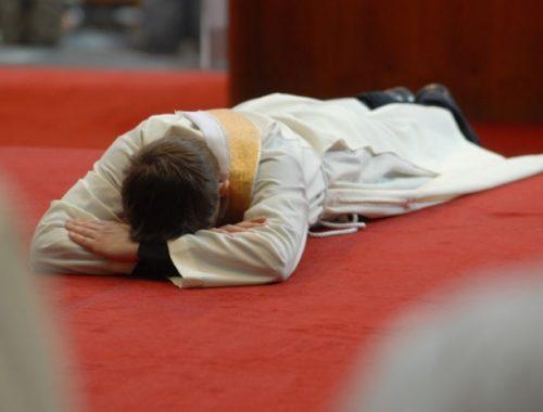 Hogy kerül egy pap szentelése napján a Deák térre? című cikk borítóképe