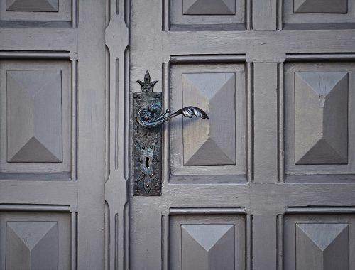 """6 jel, hogy Isten """"ajtaján"""" kopogtatsz című cikk borítóképe"""