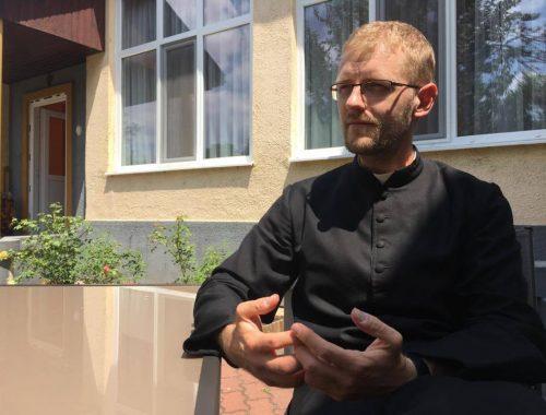 """""""Pap vagyok, nem celeb"""" – interjú Hodász Andrással című cikk borítóképe"""