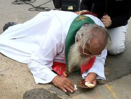 Földre lökték a papot –  mégis az Eucharisztiával foglalkozott című cikk borítóképe