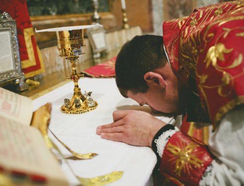 Ezért csókolja meg az oltárt a pap a szentmisén című cikk borítóképe