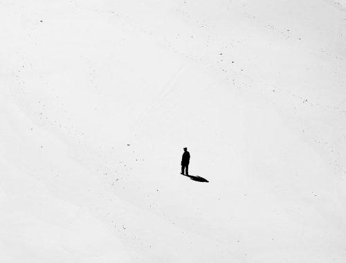 Amikor betámad az egyedüllét című cikk borítóképe
