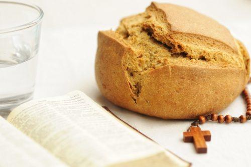 Miért nem esznek húst a katolikusok a nagyböjti péntekeken? És halat miért igen?