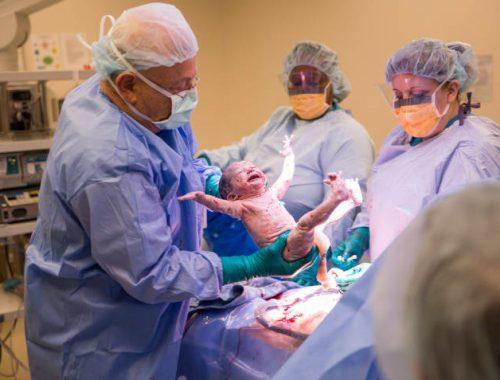 A legvidámabb újszülött – széttárt karokkal köszöntötte a világot című cikk borítóképe