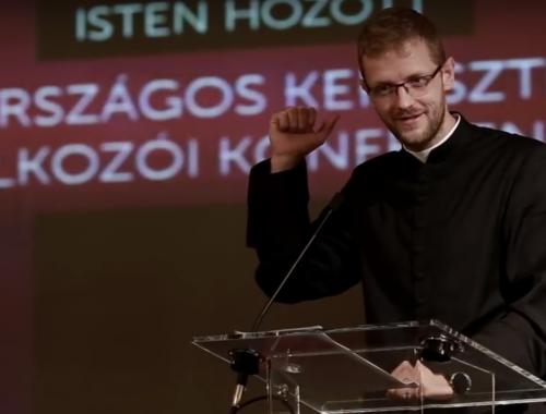Parádés előadást tartott Hodász András atya – VIDEÓ című cikk borítóképe
