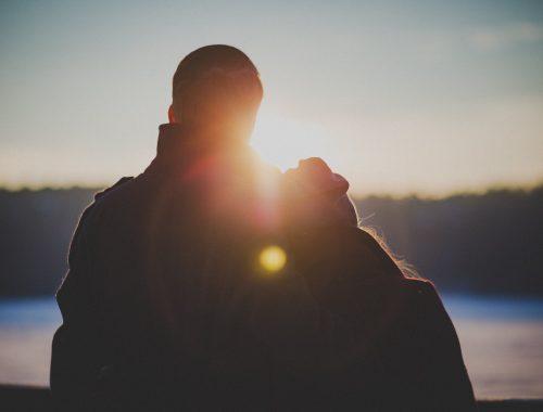 Az egyedülálló nők 70 százaléka azt szeretné, ha a férfiak randevút kezdeményeznének című cikk borítóképe