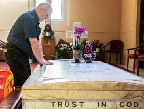 Az ima ereje: visszatért csodálatos gyógyulásának helyéhez a Parkinson-kórból felépült férfi című cikk borítóképe