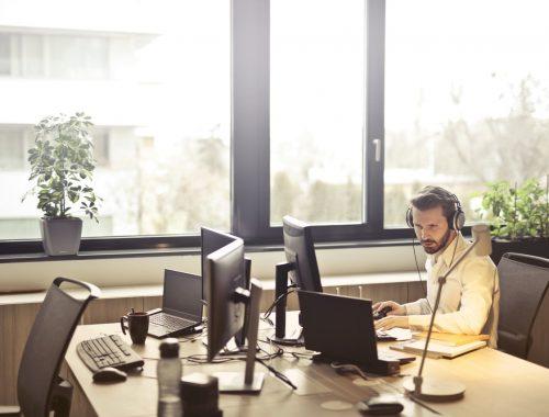Jézus az irodában című cikk borítóképe
