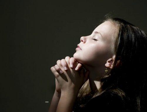 Egész életen át tartó előnyei vannak, ha megtanítod a gyerekedet imádkozni című cikk borítóképe
