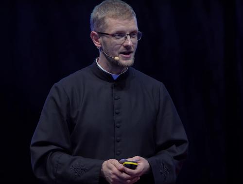 """""""Élményfüggők lettünk"""" – Nagyszerű előadást tartott Hodász András atya –  VIDEÓ című cikk borítóképe"""