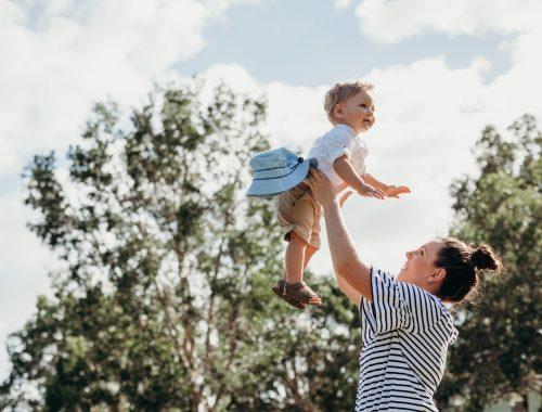Az anyaság szent munkája című cikk borítóképe
