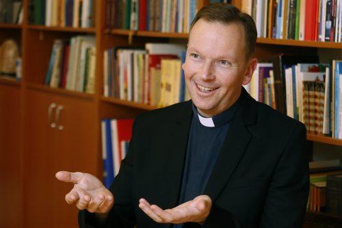 """""""Ma a fiatalokban van egy éhség az Isten-kapcsolatra"""" – interjú Fábry Kornél atyával"""