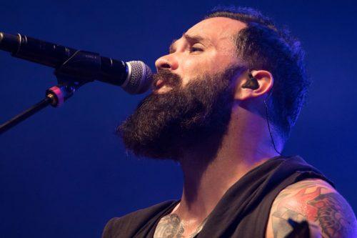 A Skillet rockzenekar énekese súlyos figyelmeztetést adott ki, miután keresztény influenszerek nyilvánosan megtagadták a hitüket