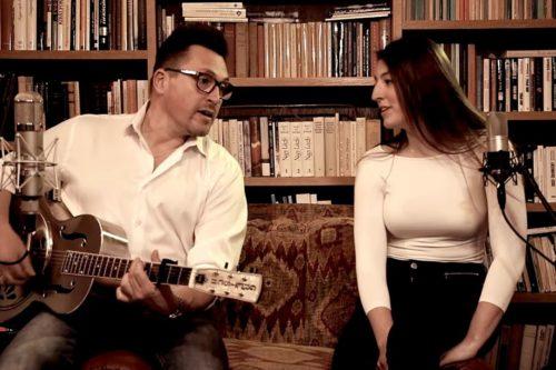 Ákos és lánya jelentkezik a karanténból - közös énekléssel csalnak mosolyt az arcokra