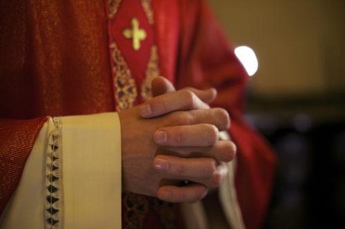 """,,Szeretjük és becsüljük a papokat"""" - reakció egy kilépésre"""