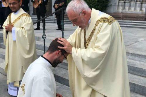 Pappá szentelték - fiának adta első áldását