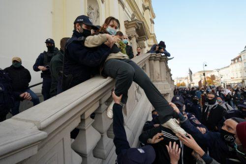 """""""Példátlan agresszióval van dolgunk Lengyelországban"""" - döbbenten figyeli az eseményeket a krakkói érsek"""