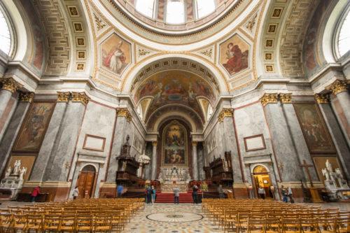 Nyitva maradhatnak a katolikus templomok