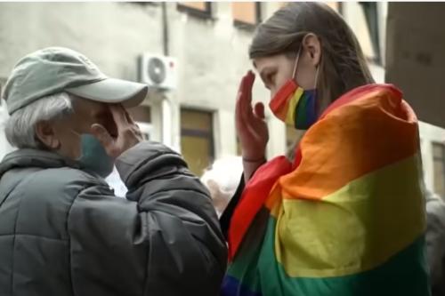 Szivárványos zászlóval provokálta a rózsafüzért - végül ő is keresztet vetett - VIDEÓ!