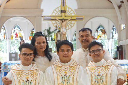 Ugyanazon a napon szentelték pappá a három testvért