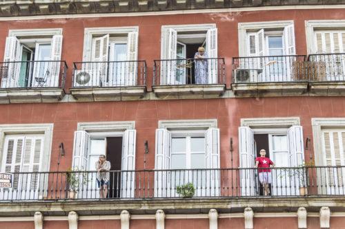 A szomszéd lakásban megőszül egy zongorahangoló - avagy az emberi közöny esete